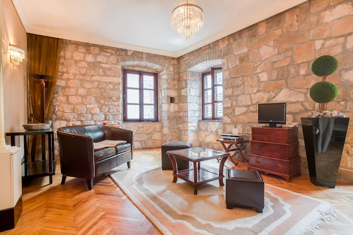 Cosy Vintage Palace Suite in Old Town Stone House