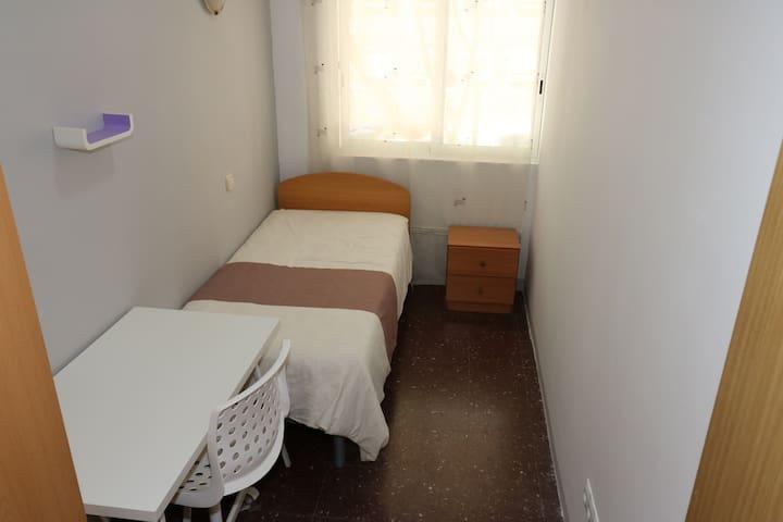 Habitación baño privado y escritorio, Barcelona.