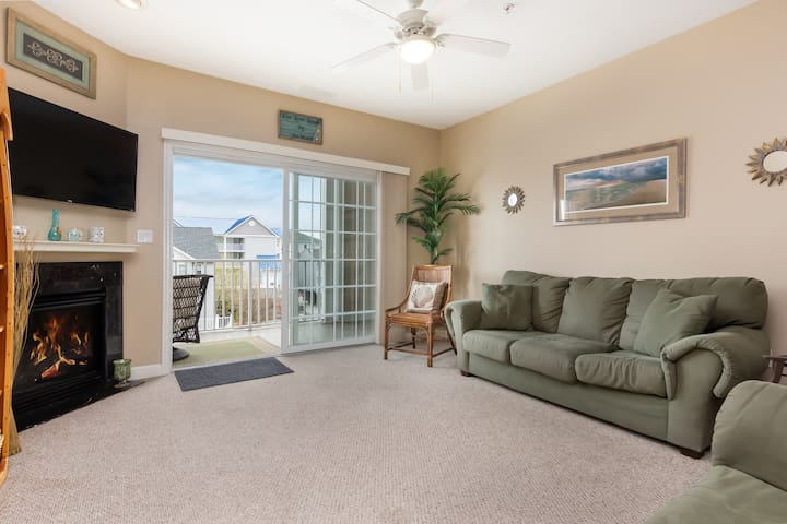 Spacious, downtown condo w/ a full kitchen & gas fireplace - close to the beach