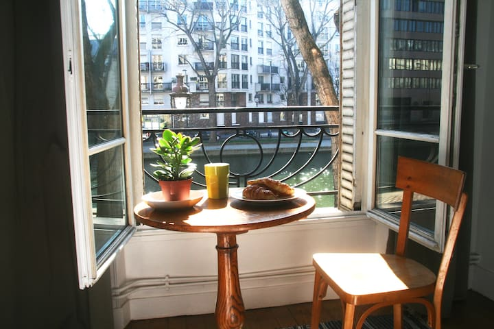 Charming appartment with a view over the Canal.
