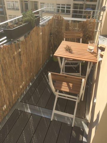 Schön heller Balkon im Hinterhof.