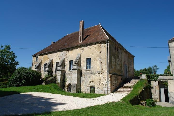 Façade est + jardin du gîte - East facade of the cottage + garden