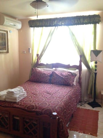 Shared rooms & private rooms in spacious house - Cameron - House