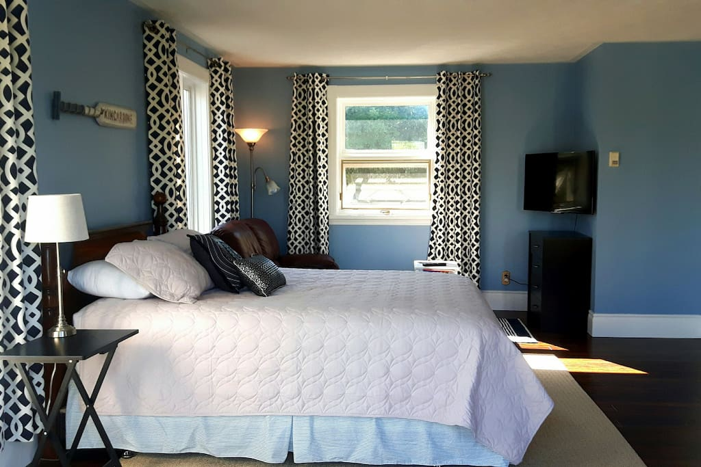 Studio apartment with kitchen and bathroom (stand up shower) TV with Netflix . Wifi provided.