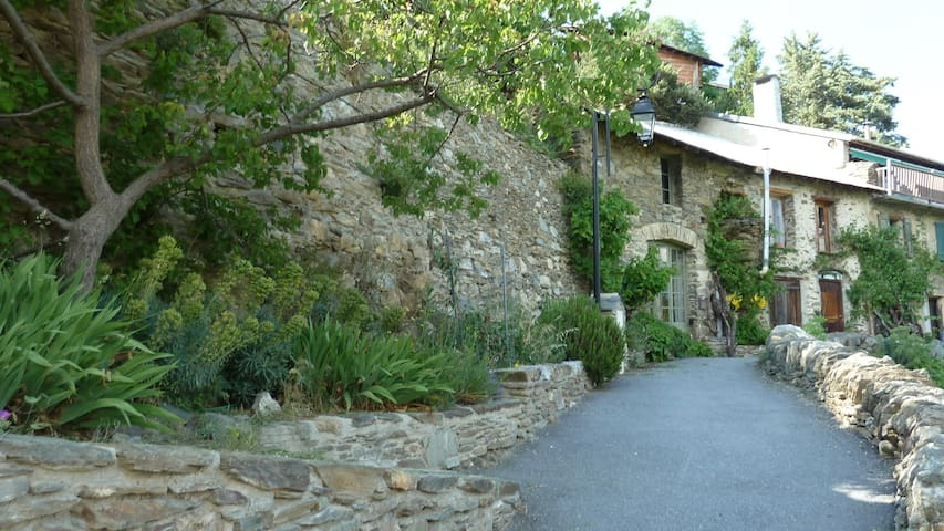 Pyrenees rock house, spectacular views, garden - Canaveilles - Haus