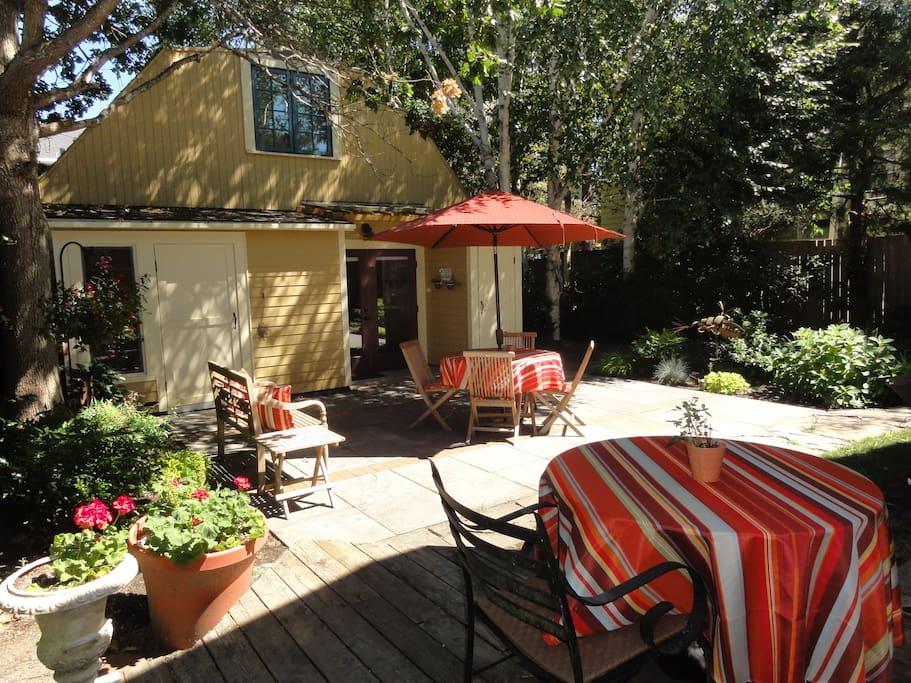secret garden bungalow houses for rent in seattle. Black Bedroom Furniture Sets. Home Design Ideas