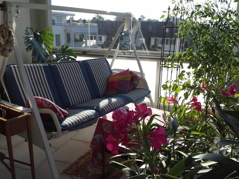 Sonne und Aussicht ins Grüne bei Frühstück und Relaxen abends auf der Terrasse