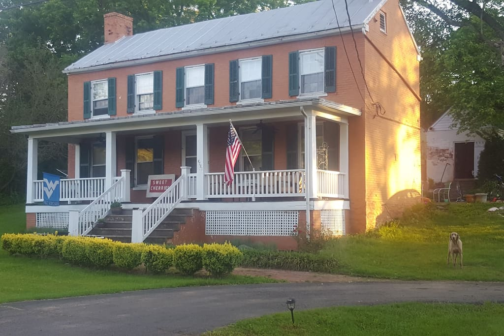 Come stay in a historic house with up-to-date amenities. The George Washington Hollida home in Scrabble. Only 5 beautiful miles to Shepherdstown