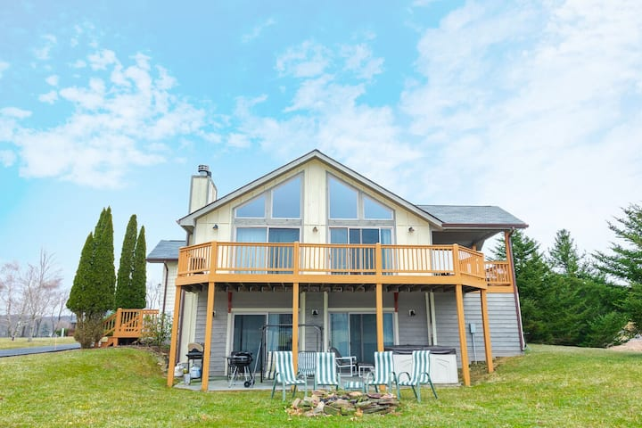 Lake Access Home w/Hot Tub, Pool Table, & Fire Pit!
