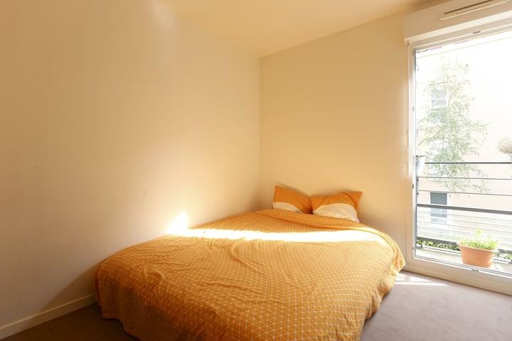 Room and balcony 900m Paris