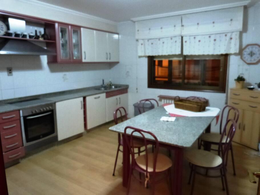 Cocina totalmente equipada, lavavajillas, horno, lavadora, nevera, vitroceramica..
