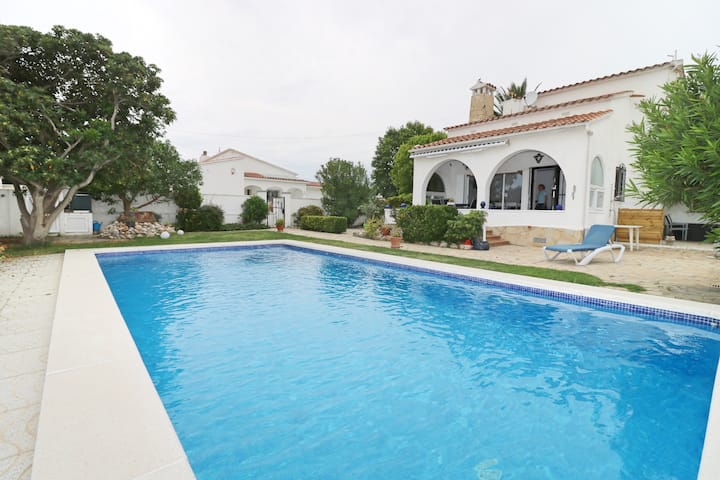 PENI 7A - Casa grande con piscina privada