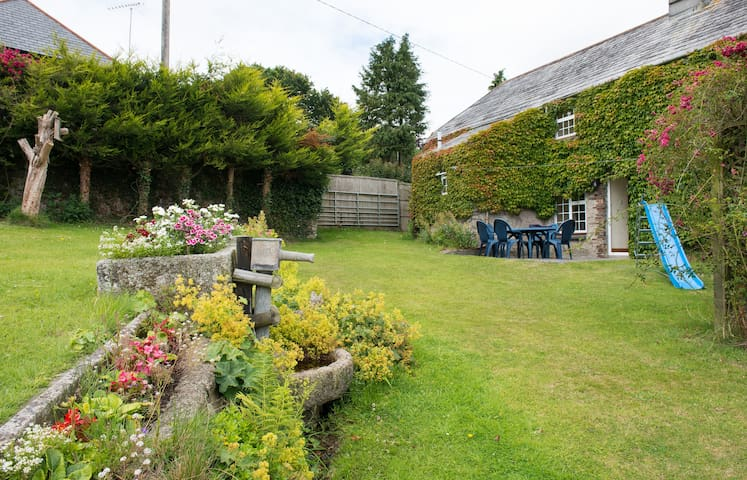 Listed Cornish farmhouse near A30. - Launceston
