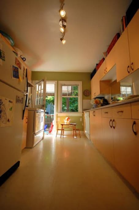 Kitchen with small dining deck overlooking garden (4 people).