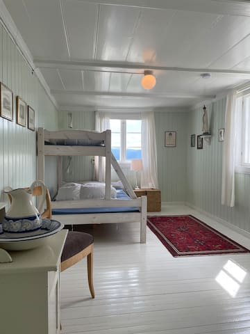 Det grønne rommet har familie køyeseng. 1 person oppe og to kan sove nede.