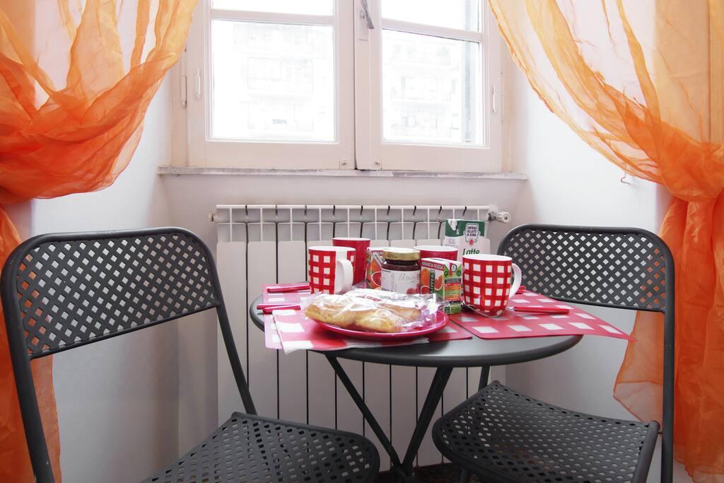 il tavolino dove potete fare la colazione o preparare uno spuntino