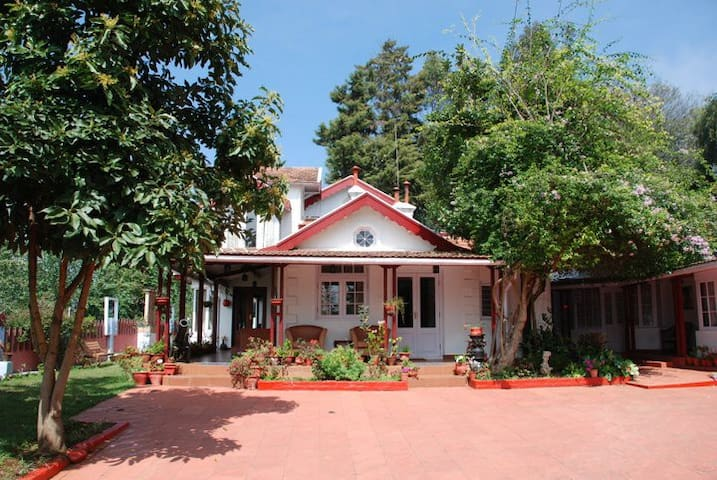 Colonial 4 B/R Home, Great for Families, Coonoor