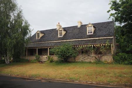 Tidmarsh -heritage character home - Braidwood - บ้าน