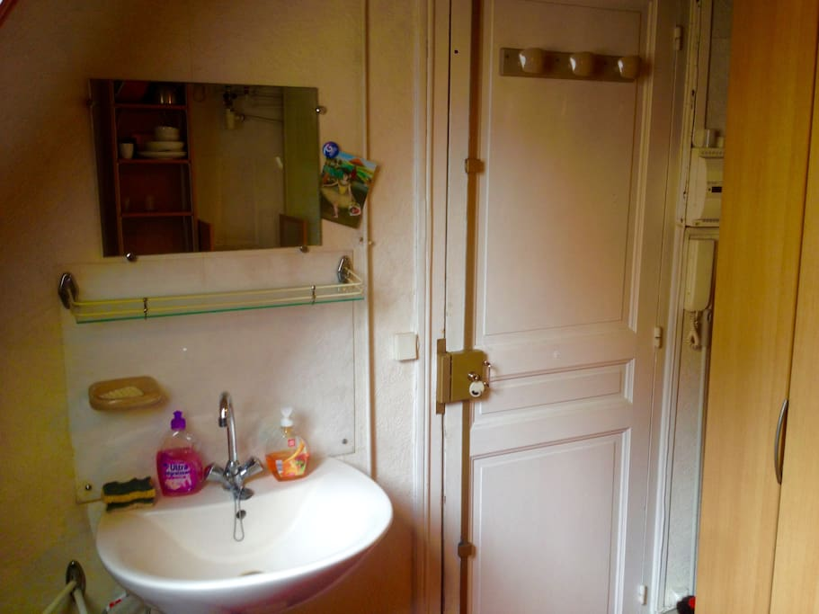 Jolie chambre de bonne nice room flats for rent in for Chambre de bonne paris location