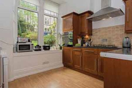 Beautifully spacious 2 bed room flat in quite area - Paisley - Apartment