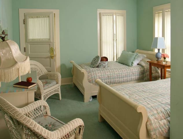 E.F. Benson - 2 Twin Beds, Porch