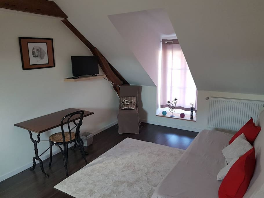 La chambre en configuration 2 pers (coin salon)