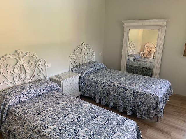 Dormitorio con dos camas. Espacio para una tercera cama o mini cuna.