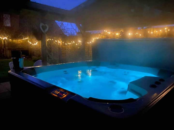 Wisteria lodge , WiFi , hot tub ,wood burner