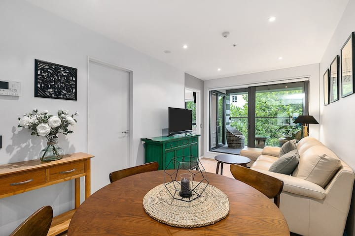 New and Stunning Two Bedroom Near Ponsonby - Pool, Gym, Sauna