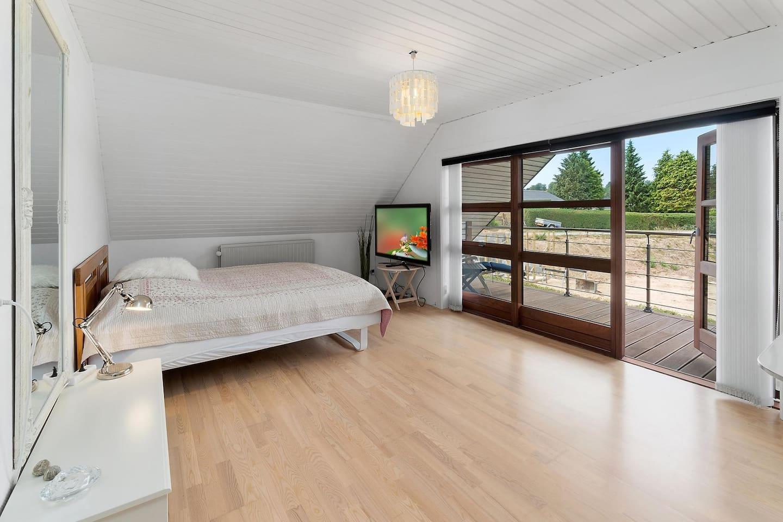 Dejligt lyst og rummeligt værelse, med udgang til egen balkon