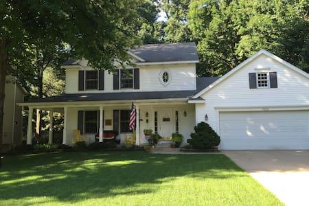Front porch Home near lakeshore & Grand Rapids - Huis