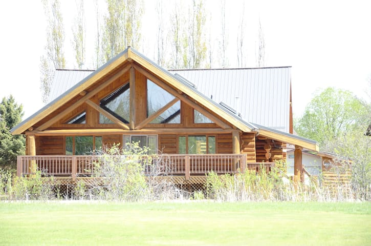Golf Course Log Home-5 min to Good Spirit Beach