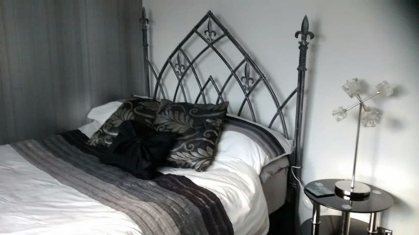 Cosy room in quiet modern house - Buxton - Hus