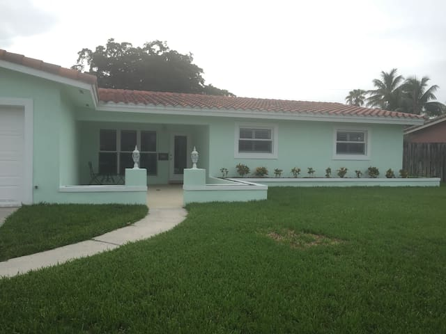 Charming Bungalow 2 Mi. From Beach - Oakland Park - Hus