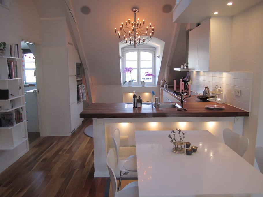Kitchen and dining area (adjustable table for up to 10 people)