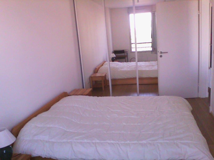 Une grande chambre avec son dressing (tiroir, penderie, ...)