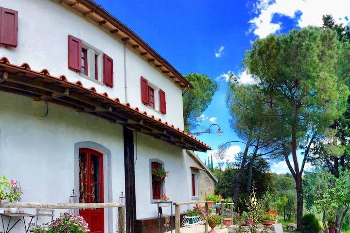 Questa è la foto della casa dall'esterno, le stanze si trovano al secondo piano e si affacciano sulle colline del Chianti!