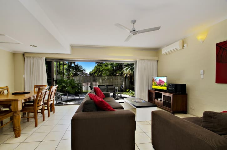3 bedroom villa short walk to Noosa beach