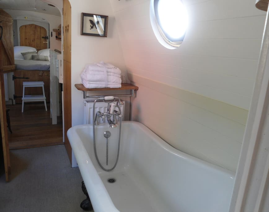 Beautiful claw foot bath. Egyptian cotton towels and soaps provided.