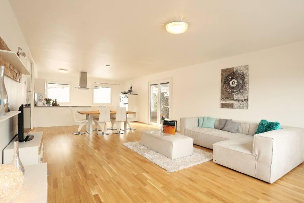 Im schönen Wohnzimmer mit Panoramafenster können Sie einen traumhaften Blick genießen