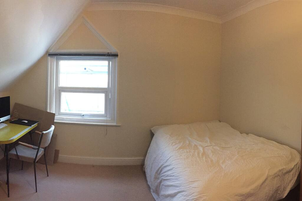 Bedroom, double bed and desk with printer avalaible