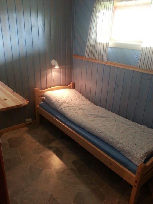 1 av 2 soverom i kjelleren. 1 of 2 bedrooms in the basement.