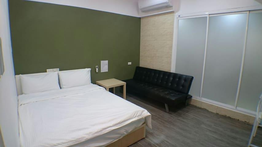 壹伍參號房-1號房Room1 雙人床,沙發,近火車站,電梯、舒服獨立衛浴、乾淨, 吳園、赤崁樓