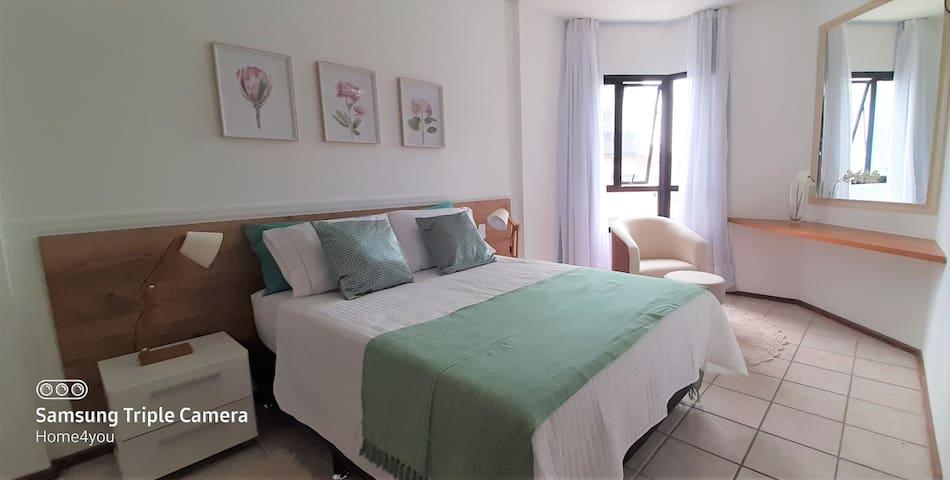 Para seu descanso: cama casal com jogo de cama 200 fios e travesseiros confortáveis.