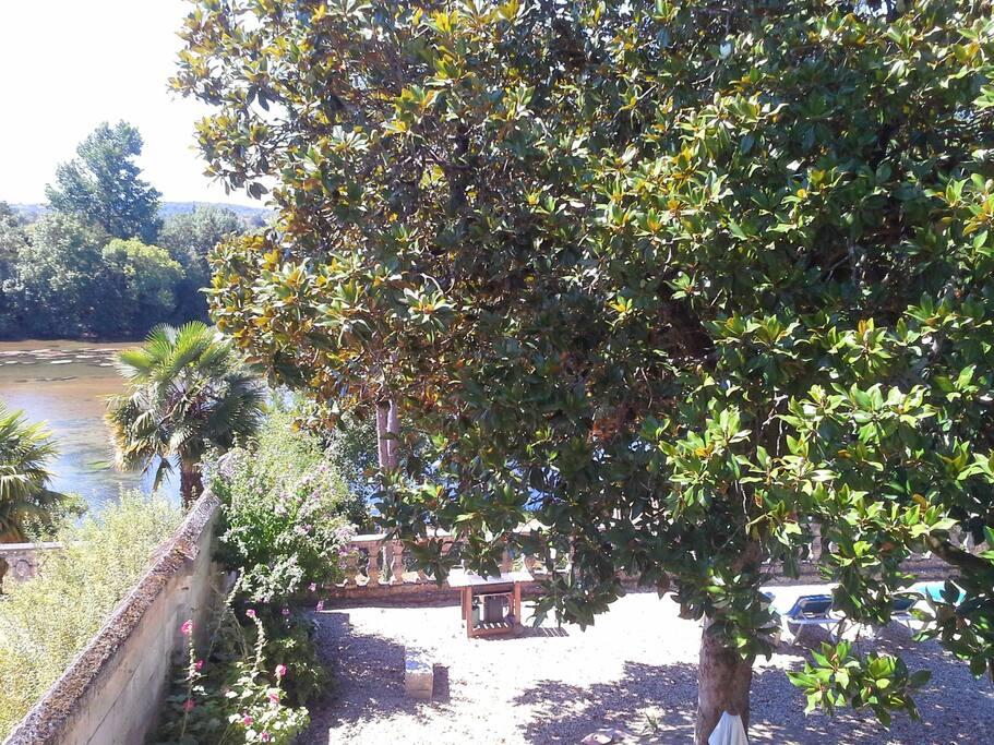 vue sur le jardin et la rivière