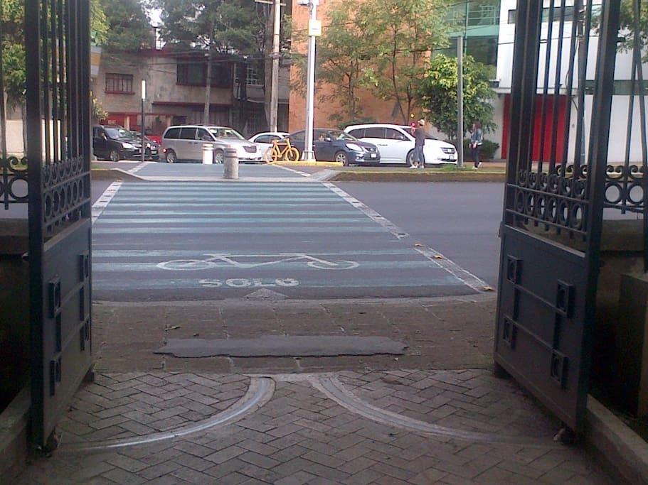 Foto desde la entrada del parc Chapultepec , se puede ver la calle donde se ubica el departamiento quasi a la esquina que vemos en la foto.