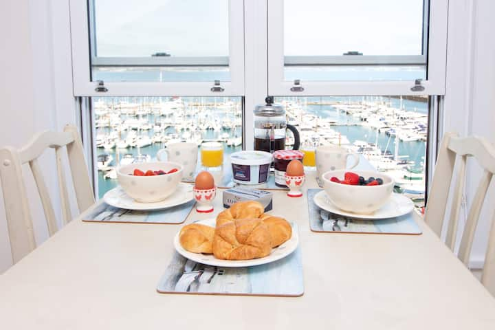 Tom's Nest - wonderful sea views from this luxury 1 bed apartment