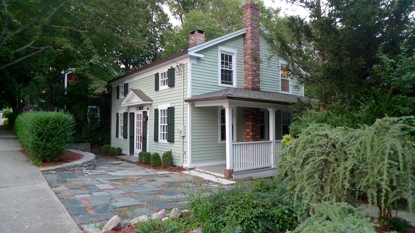 Charming 1830's home-Walk to Train - Milford