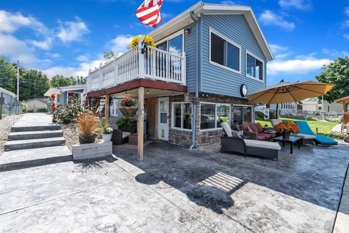Beautiful Lakefront Home! Perfect Getaway location