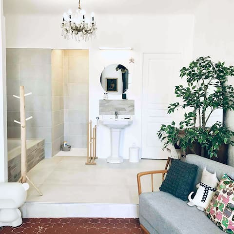 Salle de bain donnant sur la chambre